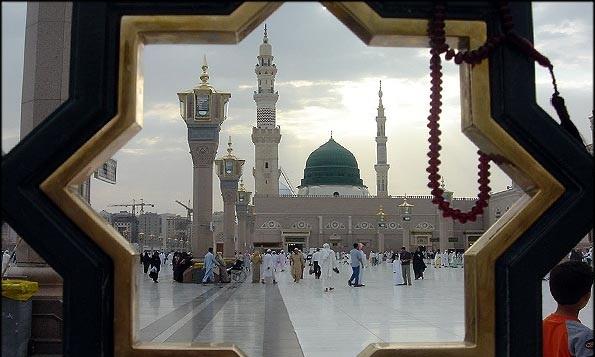 رسول الله (ص) در نماز چنان می گریست که سجاده خیس می شد